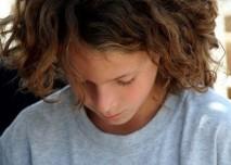 Tennager s dlouhými vlasy