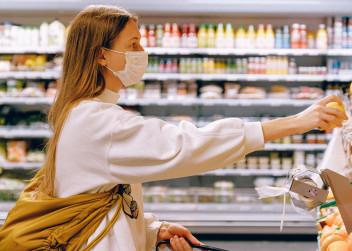 Žena s rouškou při nákupu