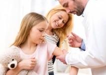 dítě s lékařem a matkou