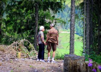 Dvojice seniorů na procházce