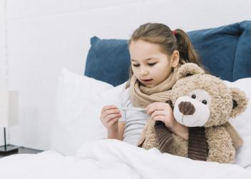Nemocná holčička v posteli
