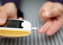 cukrovkář si měří glykémii