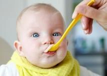 dítě se krmí přesnídávkou