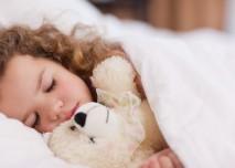 dítě s horečkou v posteli