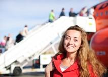usměvavá žena před letadlem
