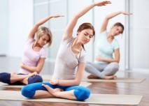 skupina lidí cvičí jógu