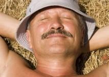 Spící muž ve slámě