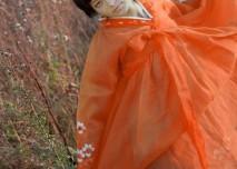 dívka v oranžových šatech, volnost, krása, sexualita, mladá žena, tanec, orient