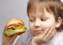 Dítě s hamburgrem