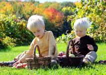 děti sedí v trávě