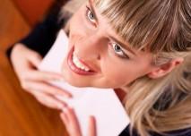 veselá blondýna s milostným dopisem