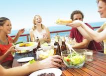 přátelé společně obědvají