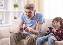 vnuk s dědou hrají hry