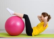 žena s růžovým gym ballem