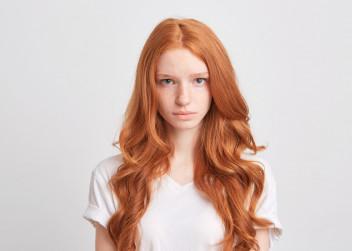zena_smutek_cervene_vlasy