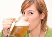 žena pijící pivo
