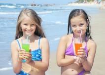 dvě holky na pláži