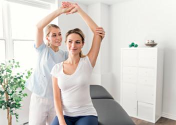 fyzioterapie:cvičení_lekař_pacient_žena