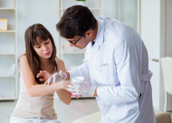 dermatolog_pacientka_kuze_nemoc_lupenka