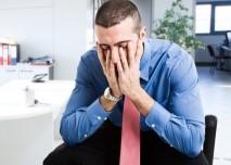 muž ve stresu v kanceláři
