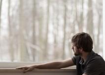 muz_deprese_okno