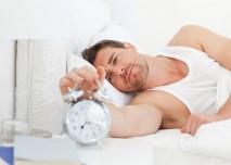 muž vypíná budík