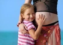 Těhotná matka s dcerou