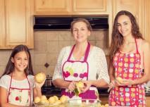 ženy všech generací v kuchyni