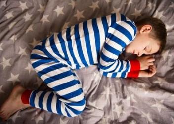 kluk v oyzamu, v posteli, spánek