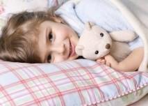 Dítě,hračka, postel, holčička