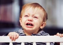 kluk v ohrádce brečí