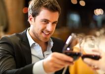 muž se sklenkou vína