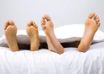 Nohy v posteli