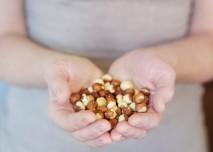 Ruce plné ořechů