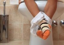 dítě sedí na záchodě
