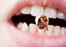 Cigareta v zubech