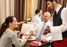 žena si vybírá z jídelního lístku v restauraci
