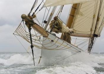 loď na rozbouřeném moři