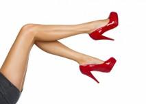 sexy nohy s červenýma podpatkama