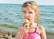 holčička jí zmrzlinu u moře