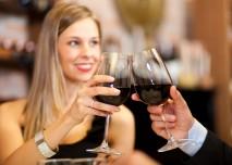 žena se sklenkou vína